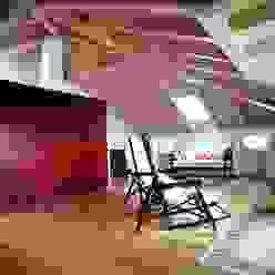 la mansarda e le chaise longue davanti alla vetrata panoramica luca pedrotti architetto Soggiorno moderno