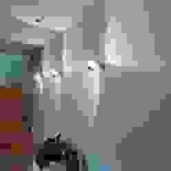 Ingresso, Corridoio & Scale in stile moderno di Bolz Licht und Wohnen · 1946 Moderno