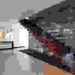 Casa EV Pasillos, vestíbulos y escaleras modernos de ze|arquitectura Moderno