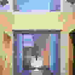 Modern corridor, hallway & stairs by 株式会社 U建築研究所 Modern