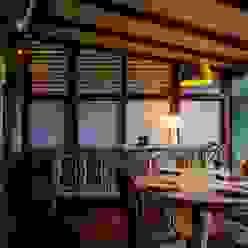 Casa da Floresta: Salas de jantar  por Ferraro Habitat,Campestre