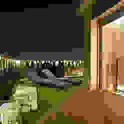 Duplex en Barcelona The Pont design Balcones y terrazas de estilo moderno