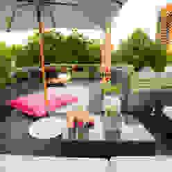 Loungesofa, Sonnenschirm, Pflanztaschen, Bambus: modern  von DIE BALKONGESTALTER,Modern