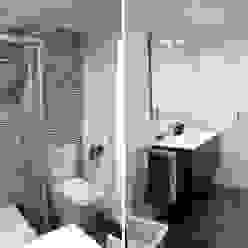 Diseño y reforma integral apartamento dúplex en El Perelló, Valencia PEANUT DESIGN STUDIO Baños de estilo moderno