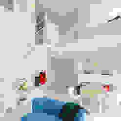 Trapezium House: Kichi Architectural Designが手掛けたリビングです。,モダン