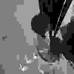 Centro scala in alluminio a misura con decorazione in muschio studiodonizelli Ingresso, Corridoio & ScaleScale