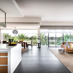 Open plan living:  Living room by D-Max Photography