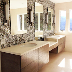 Black Lip Mother of Pearl in Bathroom Renovation in Kentfield, California, USA Banheiros modernos por ShellShock Designs Moderno