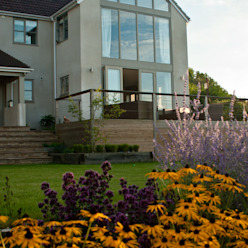 Wood balcony and contemporary planting palette Katherine Roper Landscape & Garden Design Jardines de estilo moderno