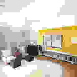现代客厅設計點子、靈感 & 圖片 根據 주택설계전문 디자인그룹 홈스타일토토 現代風