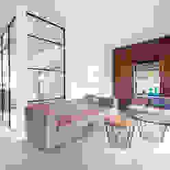 Verbouwing en inrichting jaren '30 woning Moderne woonkamers van StrandNL architectuur en interieur Modern