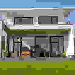 Neubau eines Einfamilienhauses mit Doppelgarage in Hanglage Moderne Häuser von STRICK Architekten + Ingenieure Modern