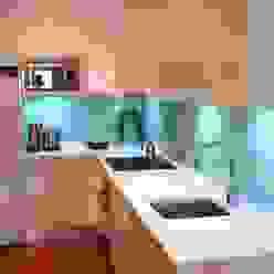 Modern Kitchen by Traber Obras Modern