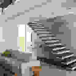 CASA VENTURA M22 Corredores, halls e escadas modernos por SBARDELOTTO ARQUITETURA Moderno
