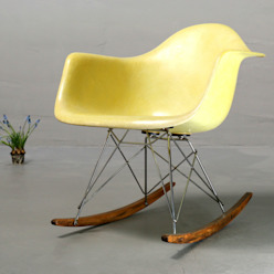 Ray & Charles Eames Schaukelstuhl von Bender und Gleiß GbR Minimalistisch