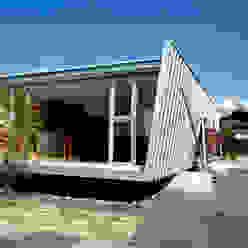 少し傾いた逆台形の外壁 土居建築工房 狭小住宅