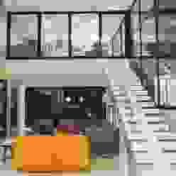 Mezanino, espaço de reflexão da família. Corredores, halls e escadas minimalistas por RABAIOLI I FREITAS Minimalista