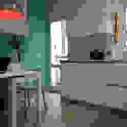 Cocina moderna, espaciosa y luminosa con zona office femcuines Cocinas de estilo moderno