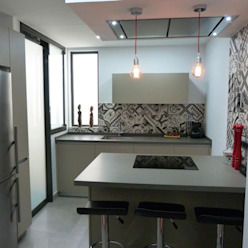 COCINA DE MJ&P Isla RENOVA INTERIORS Cocinas de estilo moderno