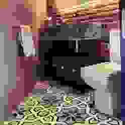 Modern bathroom by Quinto Distrito Arquitectura Modern Tiles