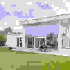 Gartenansicht Moderne Häuser von Immotionelles Modern