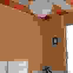 母室・天井に母(白・黒)と娘(紅)の麻の葉紋様・着物を張る: 樹・中村昌平建築事務所が手掛けた現代のです。,モダン