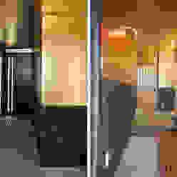 玄関・玄関ホールの壁と天井に洋金揉み紙を張る: 樹・中村昌平建築事務所が手掛けた現代のです。,モダン