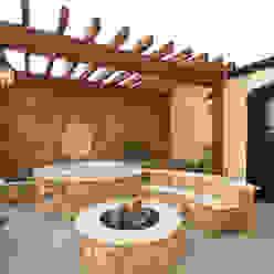 Upper Falls Condo 603 Varandas, alpendres e terraços clássicos por Uptic Studios Clássico