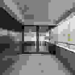 Einfamilienhaus Brunnaderenstrasse / CH-8193 Eglisau Moderner Balkon, Veranda & Terrasse von Jäger Zäh Architekten Modern