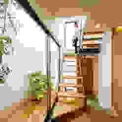 Couloir, entrée, escaliers scandinaves par 一級建築士事務所haus Scandinave