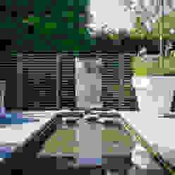Pool and water wall Barnes Walker Ltd Jardines modernos: Ideas, imágenes y decoración