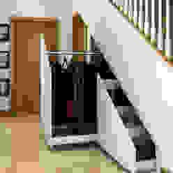 Innovative storage solutions. Corredores, halls e escadas modernos por homify Moderno