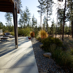 A wild garden in Washington State USA Modern garden by Bowles & Wyer Modern