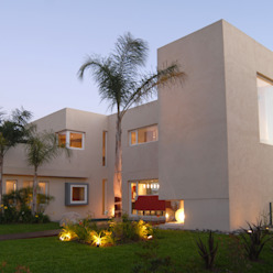 Frente lateral. Ramirez Arquitectura Casas minimalistas Vidrio Rojo