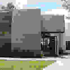 Fachada principal Casas modernas de aaestudio Moderno Piedra