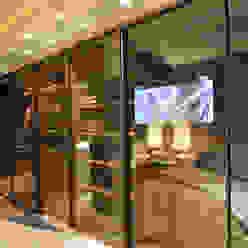 Apartamento Itacorubi Gran Classic 1 ANNA MAYA ARQUITETURA E ARTE Closets Vidro Ambar/dourado
