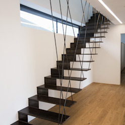 Couloir, entrée, escaliers modernes par Anthrazitarchitekten Moderne