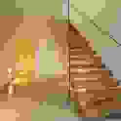 Einfamilienhaus Starnberg Moderner Flur, Diele & Treppenhaus von Huaber & more Modern