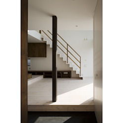 Pasillos, vestíbulos y escaleras de estilo moderno de 関建築設計室 / SEKI ARCHITECTURE & DESIGN ROOM Moderno