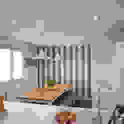comedor con mesa de madera y banco corrido en cocina blanca con pared empapelada con papel a rayas: Cocinas de estilo  de Gumuzio&MIGOYA arquitectura e interiorismo, Clásico