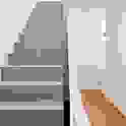 Couloir, entrée, escaliers modernes par raumumraum architekten Moderne