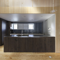 住居棟 キッチン: フィールド建築設計舎が手掛けたリビングです。,