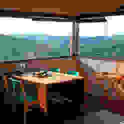 Vista para o vale da sala de jantar Salas de jantar rústicas por Cabana Arquitetos Rústico Madeira Efeito de madeira