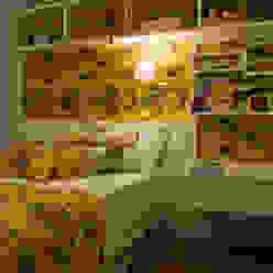 Schlafzimmer im Landhausstil von ARQ Ana Lore Burliga Miranda Landhaus Textil Bernstein/Gold