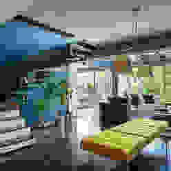 Eklektyczny korytarz, przedpokój i schody od MAAD arquitectura y diseño Eklektyczny