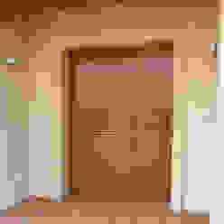 Finestre & Porte in stile mediterraneo di RIBA MASSANELL S.L. Mediterraneo Legno Effetto legno