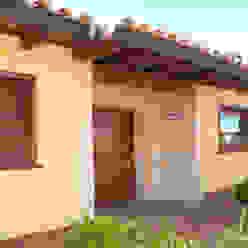 Portal de piedra con puerta de madera Casas mediterráneas de RIBA MASSANELL S.L. Mediterráneo Piedra