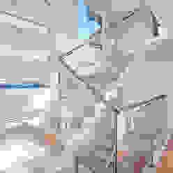 Pasillos, vestíbulos y escaleras de estilo moderno de Patrícia Azoni Arquitetura + Arte & Design Moderno Mármol