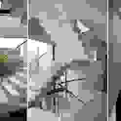 CASA JN: Pasillos y recibidores de estilo  por Speziale Linares arquitectos,