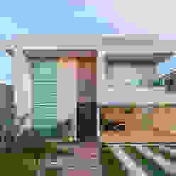 Fachada: Casas  por Livia Martins Arquitetura e Interiores,Minimalista